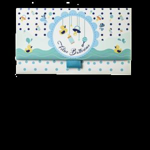 Il Biglietto Pochette Battesimo Charms Azzurro ha dimensioni 16 x 10 x 9 cm ed è pratico e tascabile. Nella parte interna superiore è presente un messaggio d'auguri, oltre allo spazio per un messaggio personalizzato da aggiungere a mano.