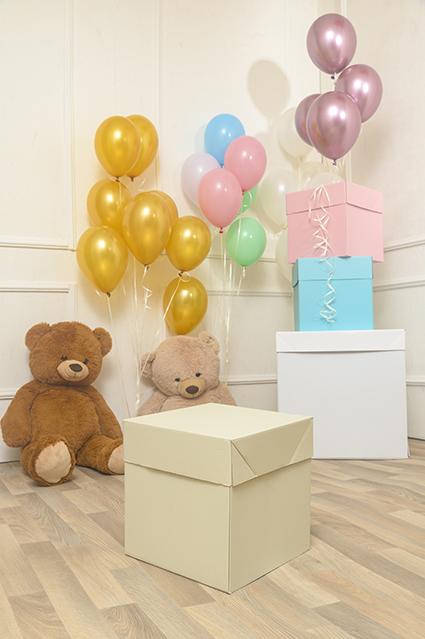 Box Surprise Avorio Piccola è per un compleanno bimbo o bimba. Con palloncini oro, argento o rosa gold, Box Surprise Avorio Piccola si adatta ad un compleanno di 18 (o più ) anni.