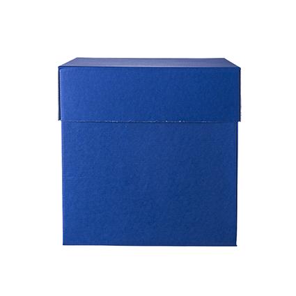 è una scatola sorpresa pensata per regali di piccole dimensioni. Le sue 4 facciate si aprono completamente e contemporaneamente: sono unite solo al fondo e sono tenute ferme dal coperchio. Quando aperta, la scatola rivela il suo contenuto in un unico, veloce gesto.